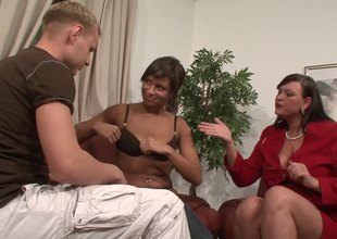 A swinging pair brings a BBW quarters be proper of a outcast threesome