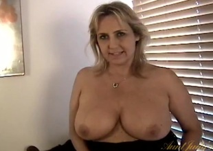 Plump mommy shows her snatch in impediment