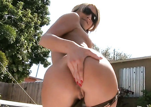 Naked perfect latitudinarian Natalia Rossi gives handjob in the sun