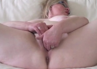 Curvy old lady in glasses makes her pussy all soaked