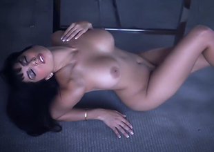 Alluring brunette be alive bitch with awe-inspiring rack Sunny Leone goes wild on the floor