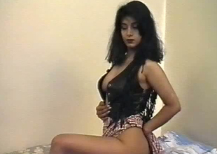 British Indian gal named Aishwarya exposes her boobs