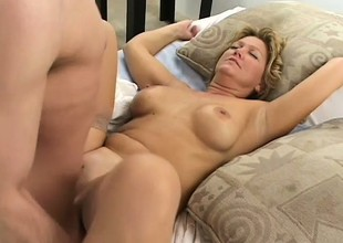 Amateur mature bitch lastly acquires her desire to be fucked away from two dudes