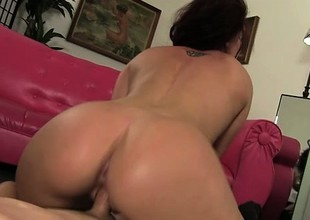 Curvaceous babe in arms Savannah Fox delivers an awesome oral project and enjoys a bottomless gulf fucking