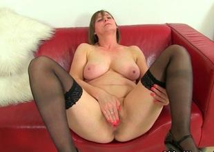 British milf Jessica Jay works her scruffy pussy
