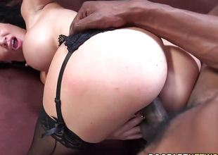 Gorgeous Jasmine Jae wraps her chops round this huge ramrod