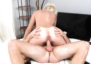 Blonde hoochie has toy-hungry hole