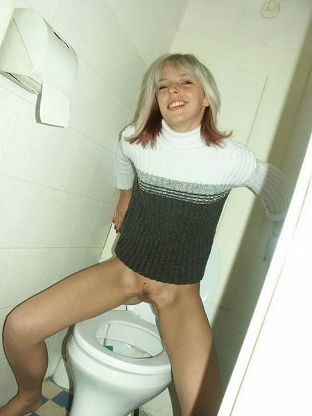 foto-pisayut-v-derevenskom-tualete